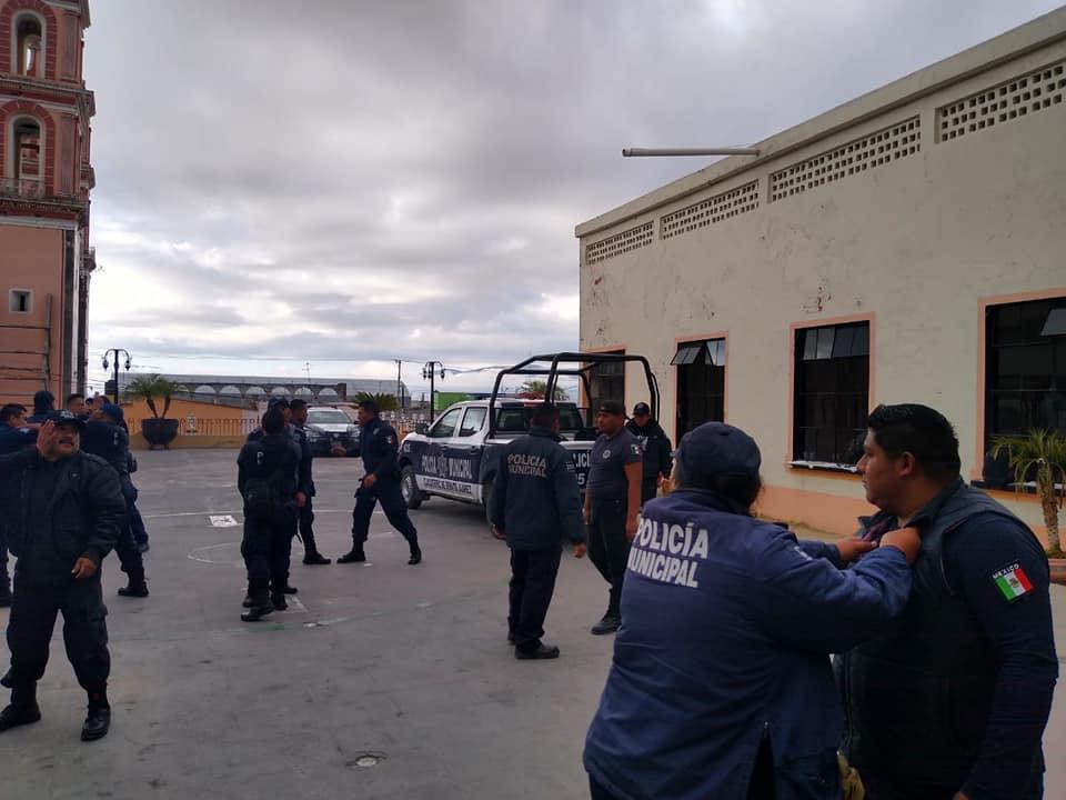 Por adeudo de quincenas inician paro policías en Tlacotepec