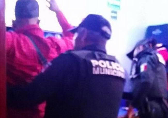 En conflicto por predio muerden y amenazan a policías de Atlixco