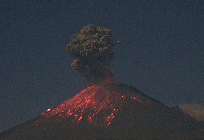 VIDEO Popocatépetl sorprende con expulsión de fragmentos incandescentes