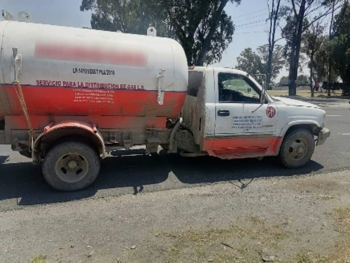 Abandonan pipa con 5 mil litros de gas LP en Tecamachalco