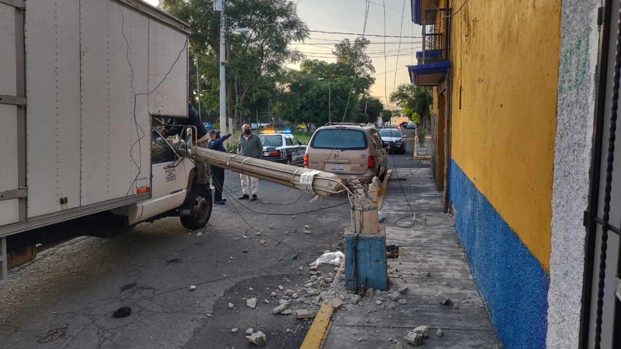 Camioneta tira poste y deja sin luz y servicio de cable a cientos de atlixquenses