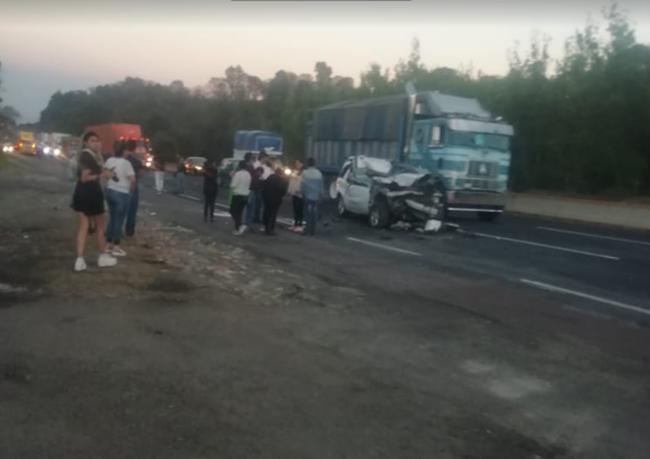 Tráiler aplasta camioneta y joven muere prensado en la México-Puebla