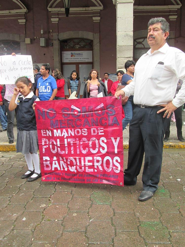 Protestan maestros del SNTE en desfile cívico de Huauchinango