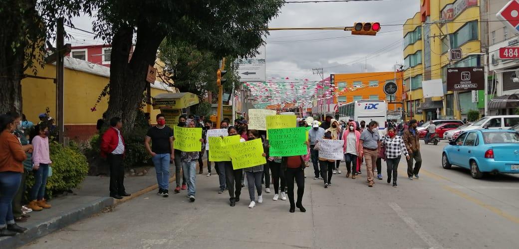 Tras detención de tres personas, ambulantes protestan en calles de Texmelucan