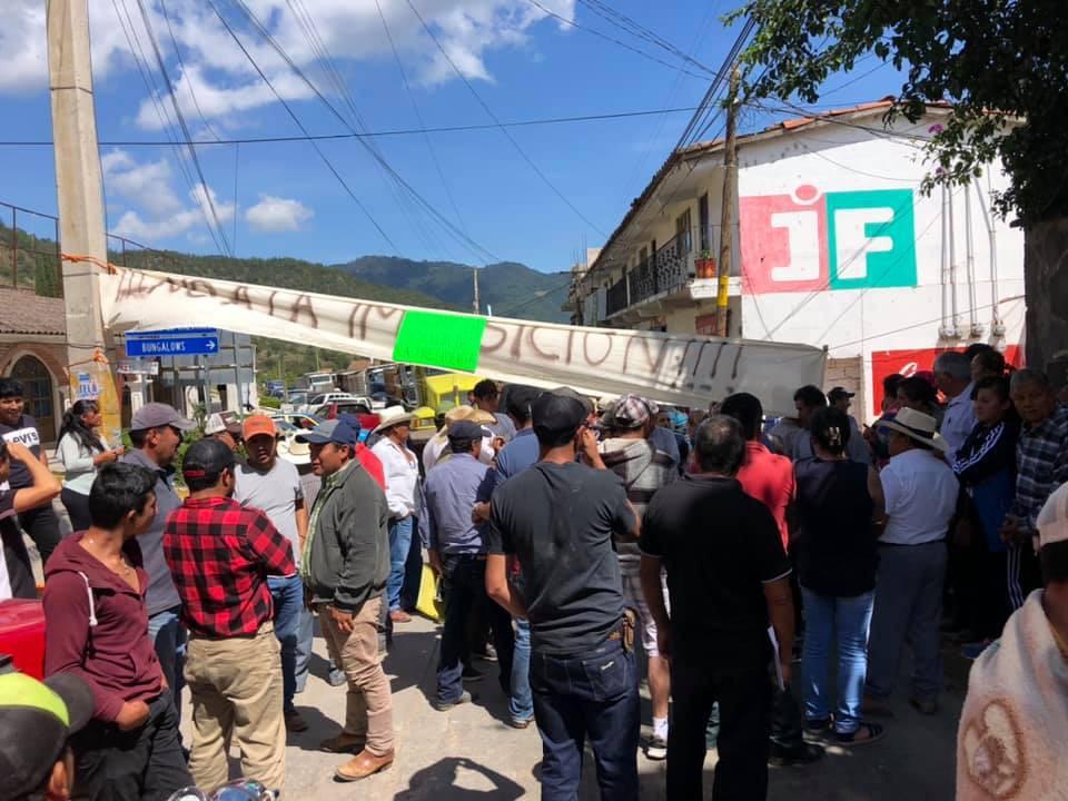 Cierran alcaldía de Aquixtla, exigen destituir a Judith Fernández
