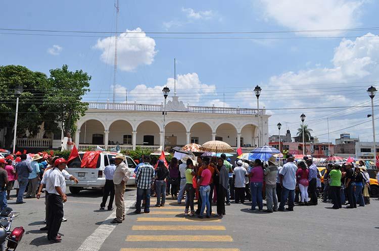 Retiene Antorcha a tres funcionarios municipales en Acatlán de Osorio