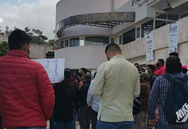 Por falta de obras pobladores se manifiestan en Tlacotepec