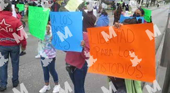 VIDEO Familias de custodios detenidos por fuga de El Pirulí bloquean la 11 sur