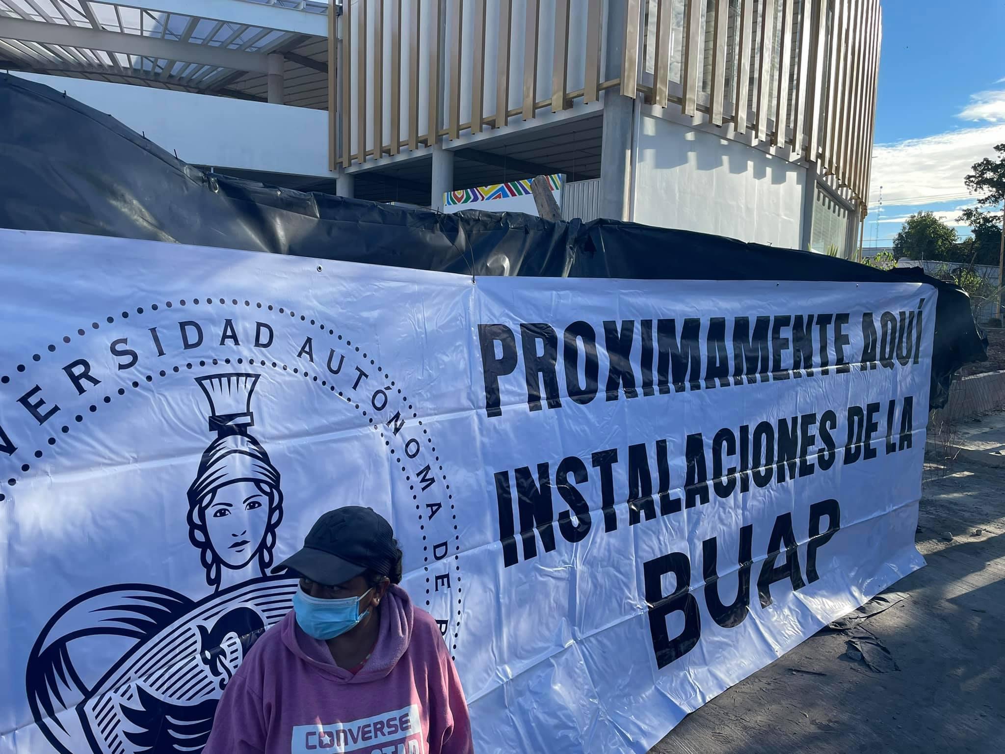 Pobladores se manifiestan contra obras del Mercado Municipal de Tecamachalco