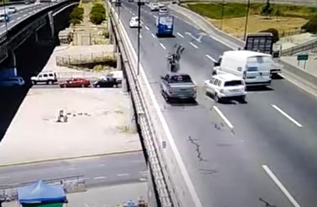 VIDEO Motociclista choca y sale proyectado desde segundo piso