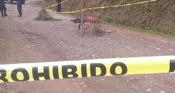Hallan sin vida a bolero sobre camino a Huauchinango