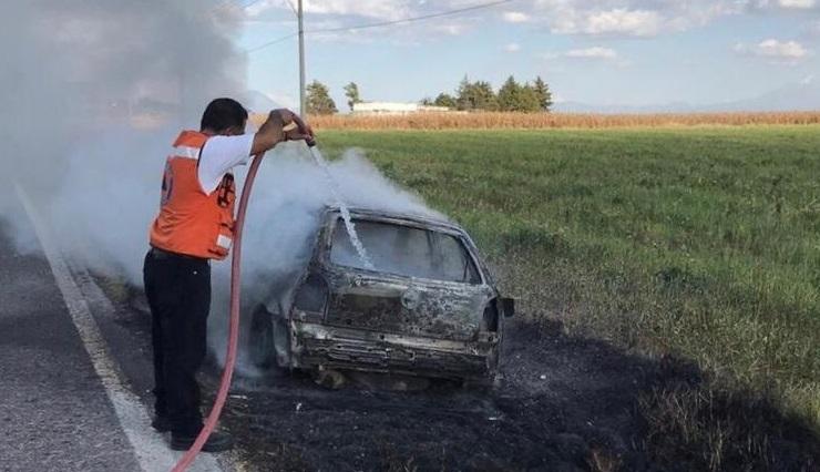 Tras accidente se incendia unidad en Rafael Lara Grajales