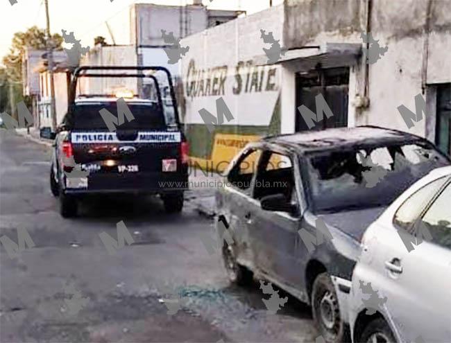 Prenden fuego a coche mientras joven dormía dentro en Puebla capital