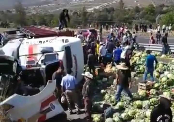 Volcadura de camión con verduras genera rapiña en Cañada Morelos