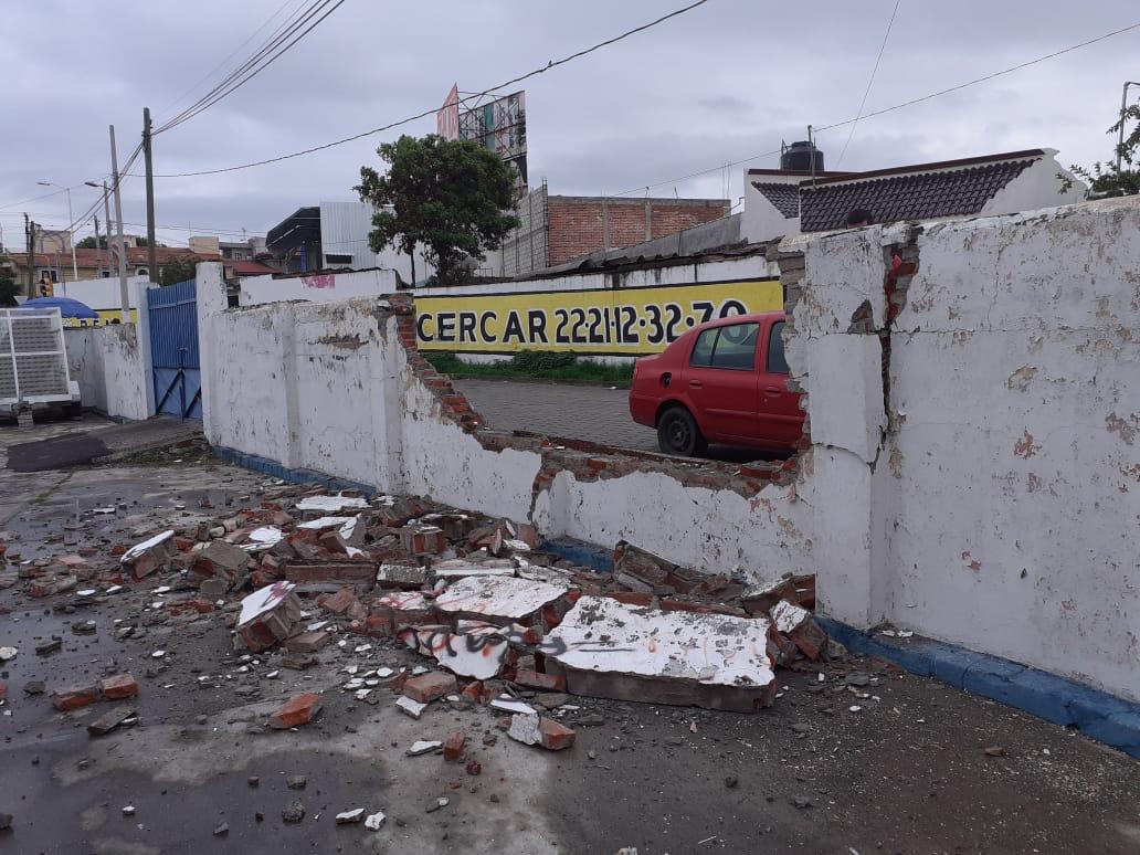 Auto derriba barda del rastro en Atlixco