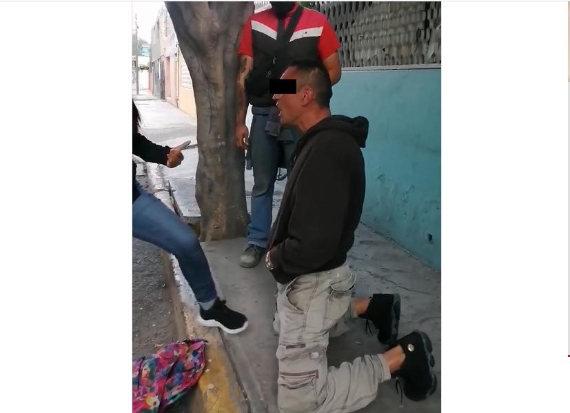 Al verse entre los pobladores, ladrón se arrodilla y se deja golpear