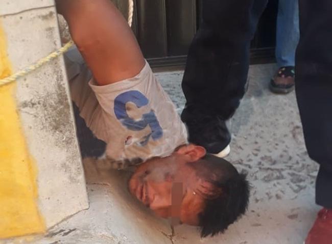 Lo golpean y amarran a poste por intentar robar camioneta en Puebla capital