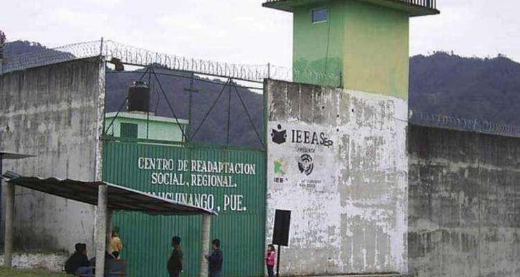 Casi degüellan a interno durante riña en penal de Huauchinango