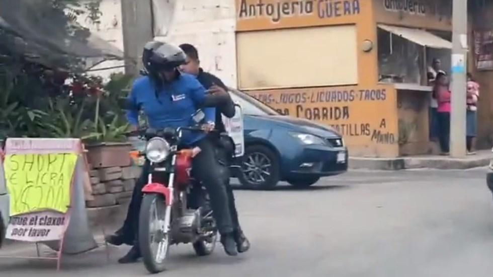 VIDEO Repartidor da aventón a policía en persecución de delincuentes