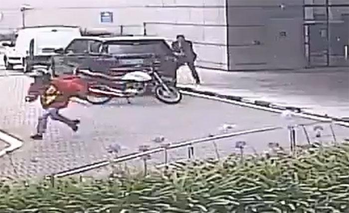 VIDEO Repartidor de comida intenta asalto y es baleado por escolta