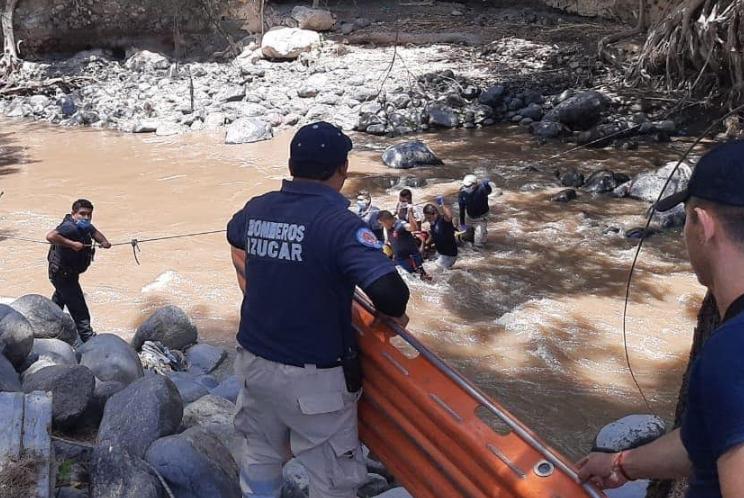 Rescatan a menor de edad que cayó a un río en Izúcar