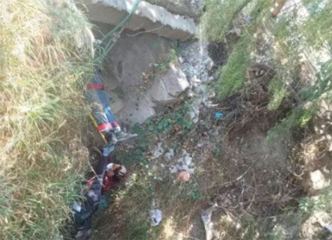 Hombre logra sobrevivir tras caer a barranca en Chiautzingo