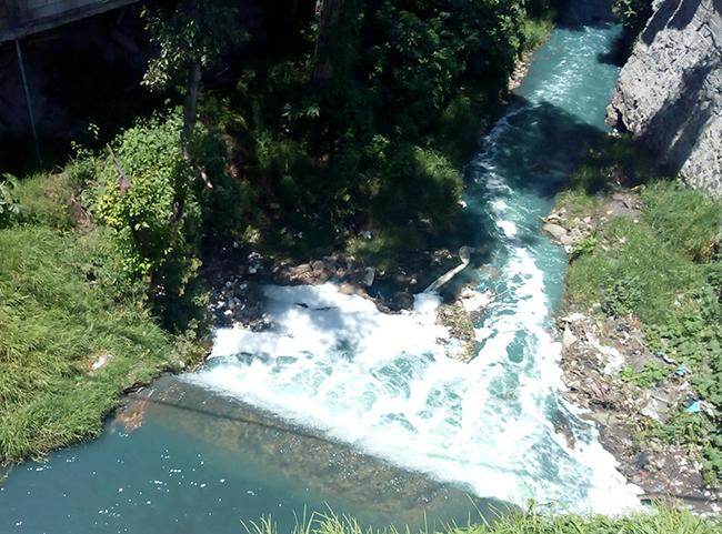En El Verde textileras sigue contaminando el río Acotzala pese a contingencia