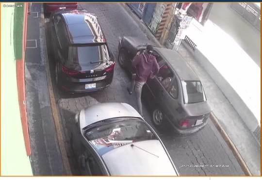 Hombre pide un vaso de agua y se roba un Iphone de negocio en Atlixco