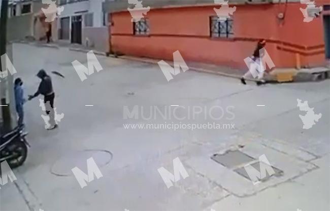 VIDEO Hampones en moto roban celular a jovencita en calles de Texmelucan