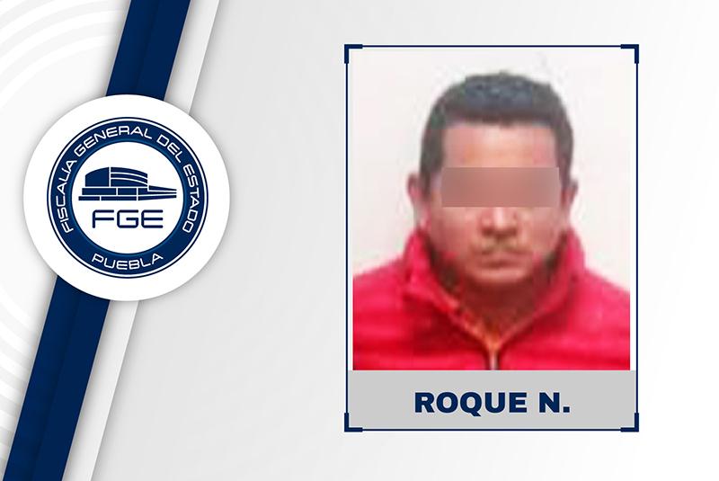 Policía azota a detenido en poste y lo golpea a morir en separos de Cuetzalan