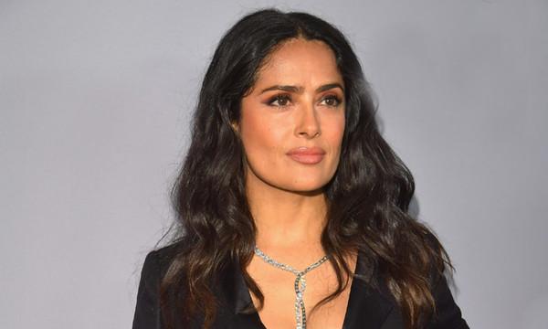 Salma Hayek impacta con vestido negro y mini cintura