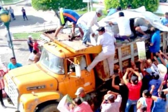 Saquean camión de carga frente al palacio de Francisco Z. Mena