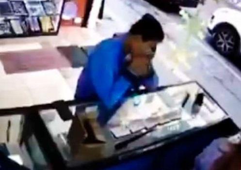 Se traga anillos para robarlos en pleno centro de Puebla