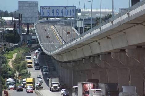 VIDEO Se estampa auto en muro de contención en la México-Puebla