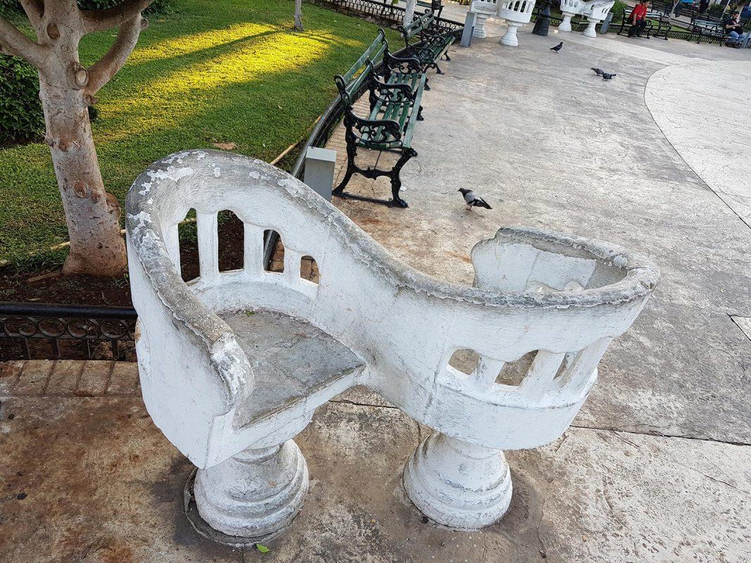Historia de las sillas Tu y Yo en plaza de Mérida
