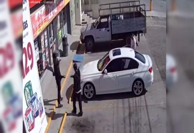VIDEO: Graban a banda cuando roba auto a un hombre