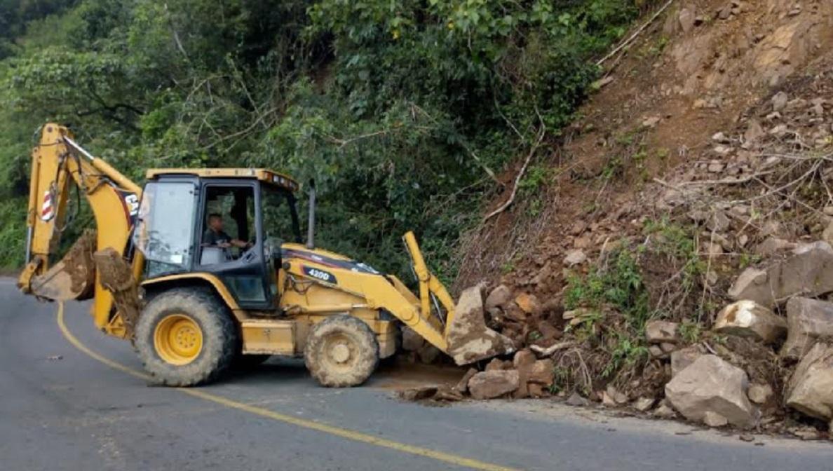 Secretaría de Infraestructura retira derrumbes en Zapotitlán de Méndez