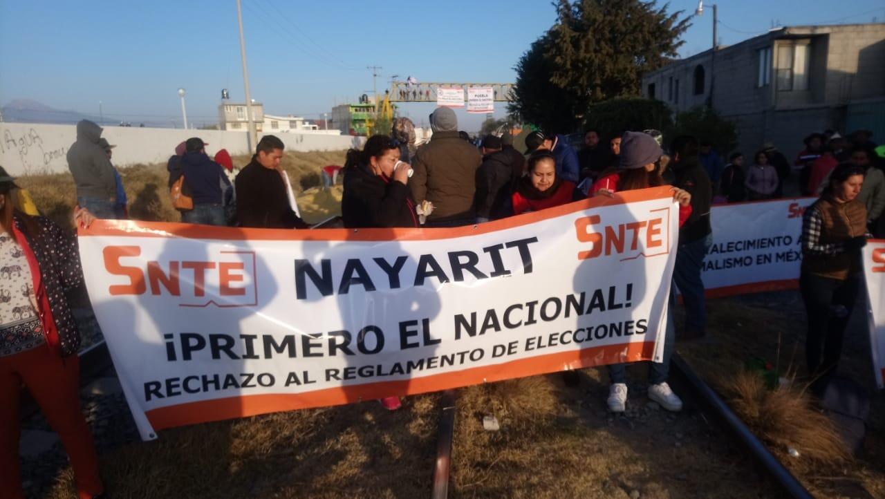 Cierran trabajadores del SNTE vías férreas en Rafael Lara Grajales