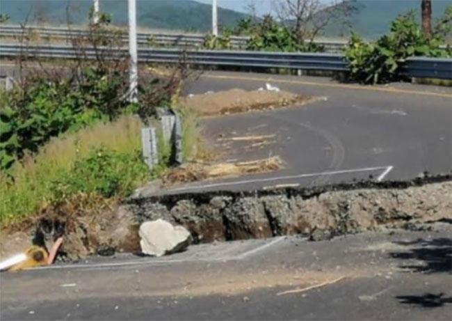 Crece socavón del bulevar sur de Atlixco; la vialidad ya está bloqueada