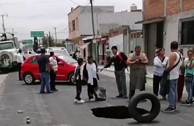 Socavon provoca cierre de carretera en Huejotzingo
