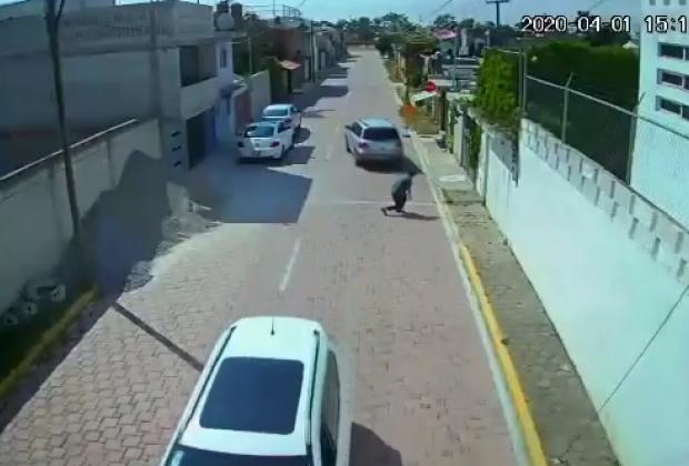VIDEO Lo amenaza y arrodilla para robarle su camioneta en Amozoc