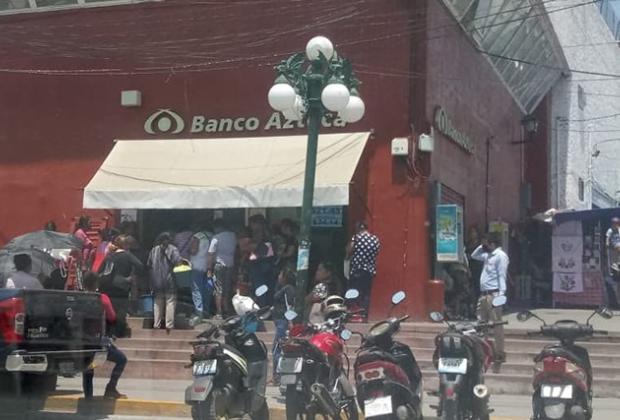 Bancos en Izúcar generan aglomeraciones pese a contingencia