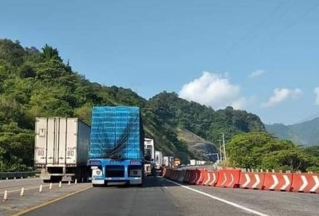 Desbordamiento de lodo bloquea la México-Tuxpan; lleva 12 horas cerrada