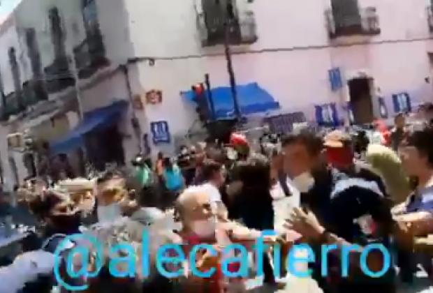 Ambulantes lanzan ladrillos a policías municipales de Puebla