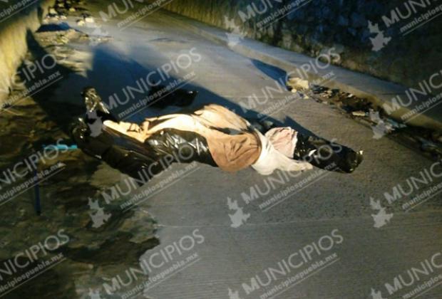 Dejan encobijado bajo puente de Periférico en Totimehuacán