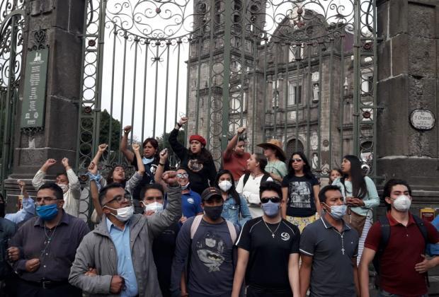 VIDEO En marcha, feministas y católicos se confrontan frente a catedral de Puebla