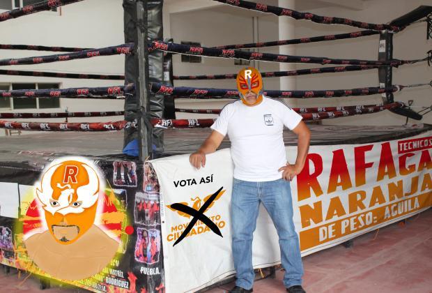 Candidato de Yehualtepec se pone máscara de luchador