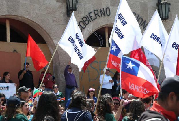 Chilenos aprueban por mayoría cambiar la Constitución de Pinochet