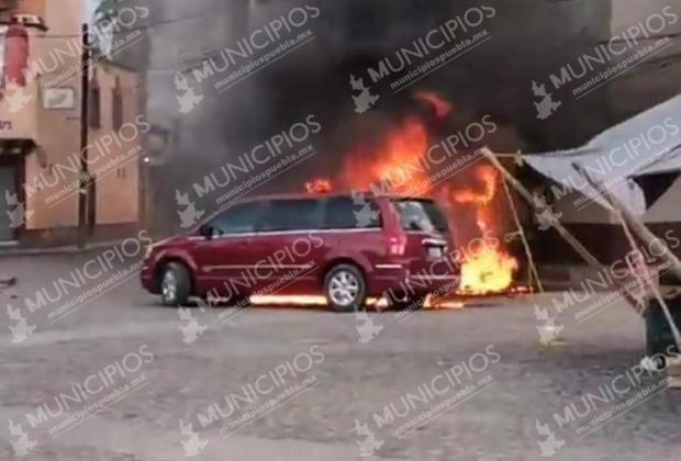 Casi linchan a policías en Tonantzintla; pobladores queman vehículos