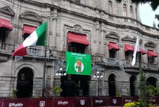 Colocan lona a favor del aborto en Palacio Municipal de Puebla
